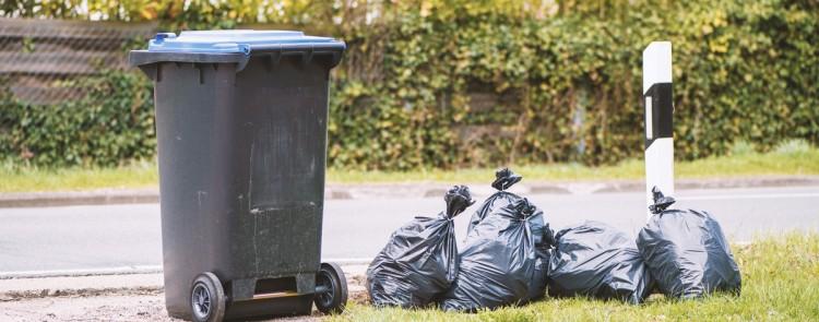 Dürfen Mülltonnen auf einem Kfz-Stellplatz nahe der Grundstücksgrenze abgestellt werden?