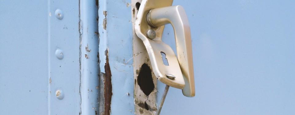 Polizeieinsatz: Reparaturkostenersatz für beschädigte Wohnungstür nur, wenn Mieter den Einsatz verur