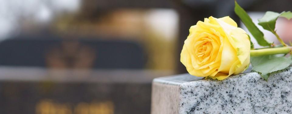 Bestattungsbeihilfe vom Sozialamt: Wann auch die Kosten für den Grabstein übernommen werden müssen